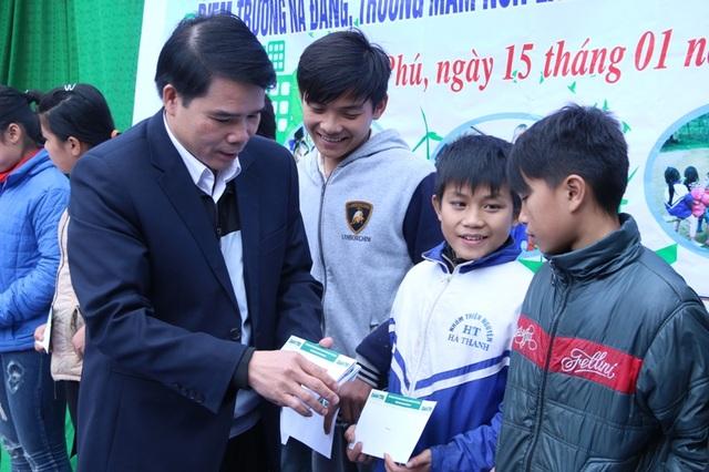 Ông Lữ Đức Chung trao học bổng cho học sinh