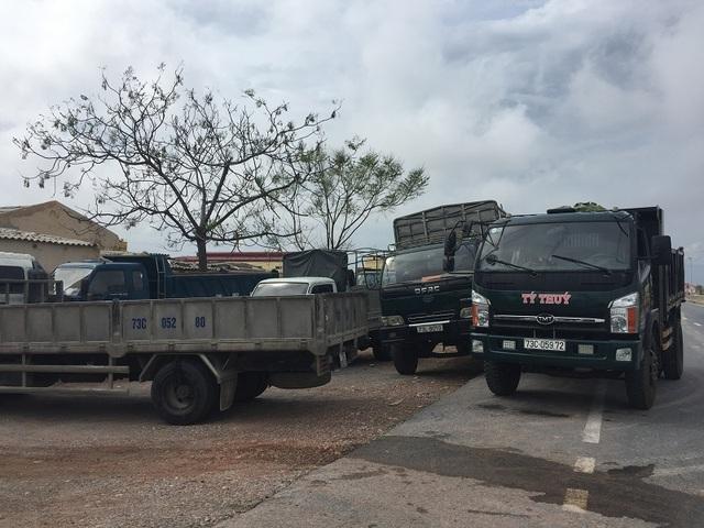 Xe tải xếp hàng chờ trước cổng một nhà máy tấm lợp Fibrocement