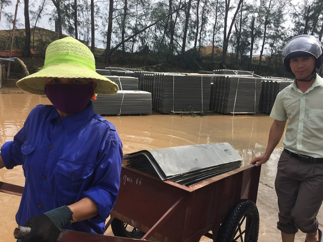 Người dân đổ xô đi mua ngói lợp nhà sau bão - 7