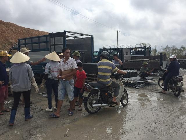 Rất đông người dân đổ xô đi mua ngói về sửa nhà bị hư hỏng do bão số 10