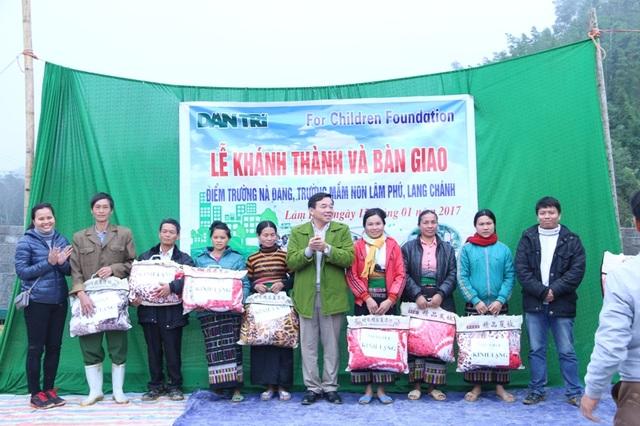 Chủ tịch UBND xã Lâm Phú tặng chăn ấm của nhà hảo tâm đến bà con