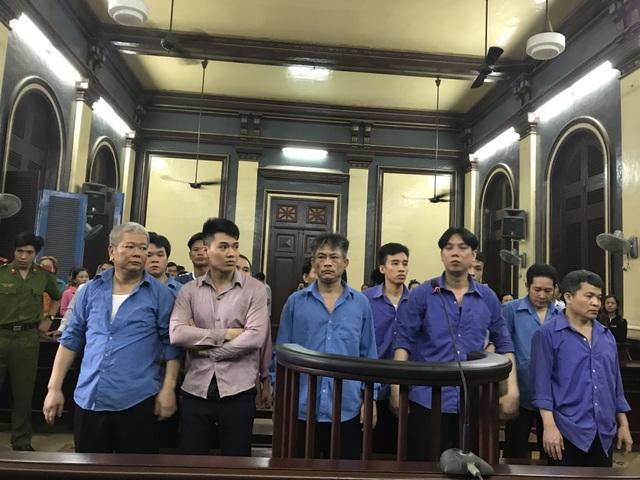 Kiệt (hàng trên, đứng thứ 3 từ trái qua) và đồng phạm chờ nghe HĐXX tuyên án.