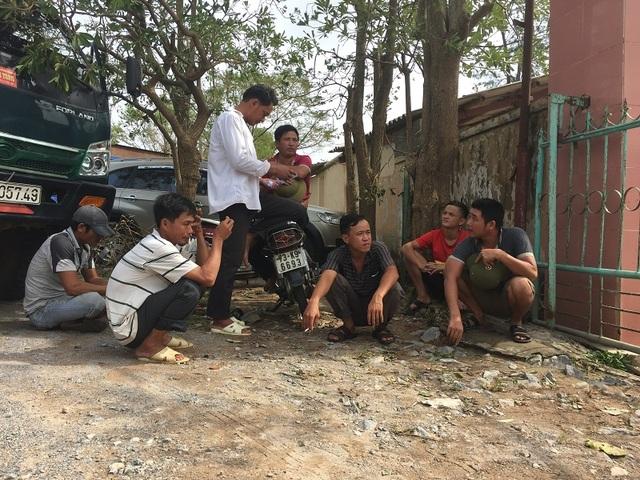 Người dân ngồi chờ mua ngói lợp tại một nhà máy ngói trên địa bàn huyện Quảng Trạch
