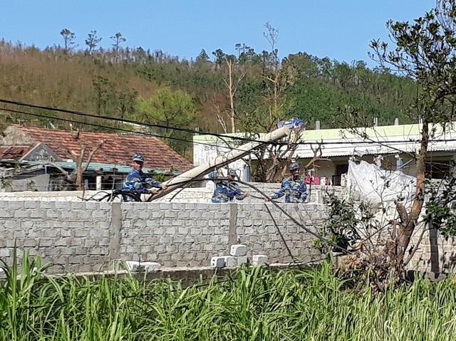 Giữa cái nắng như đổ lửa, các chiến sỹ Cảnh sát biển vẫn đang hăng say làm việc, giúp đỡ người dân vùng tâm bão