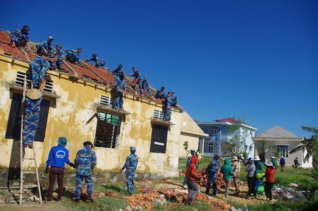 Giúp đỡ các trường học tại Quảng Đông lợp ngói, sửa chữa mái phòng học bị tốc do bão