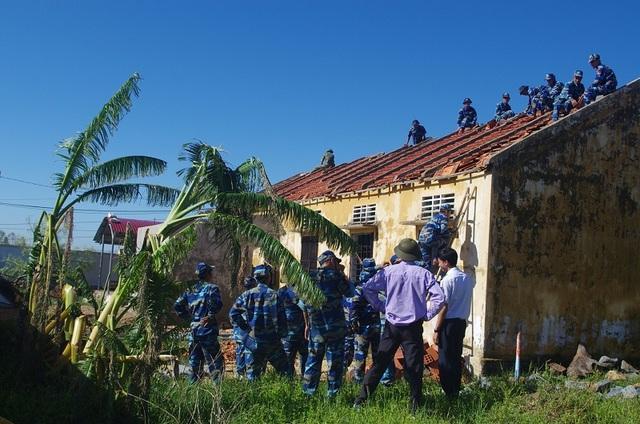 Cảnh sát biển căng mình giúp dân khắc phục hậu quả do bão số 10 - 7