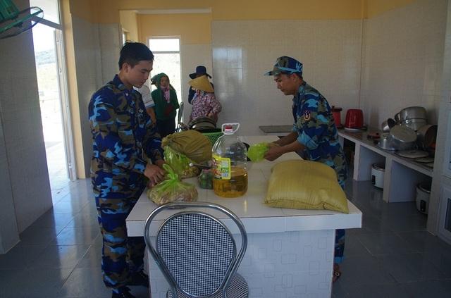 Là đơn vị đóng tại huyện Nghi Xuân, tỉnh Hà Tĩnh nên khi vào Quảng Bình, các chiến sỹ cảnh sát biển Hải đội 102 phải tự túc việc ăn ở tại các trường học trên địa bàn