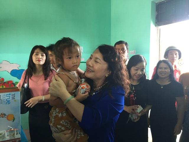 Thứ trưởng Nguyễn Thị Nghĩa và đoàn công tác của Bộ GD-ĐT đến thăm và tặng quà cho các cháu học sinh tại Trường mầm non xã Quảng Phú.