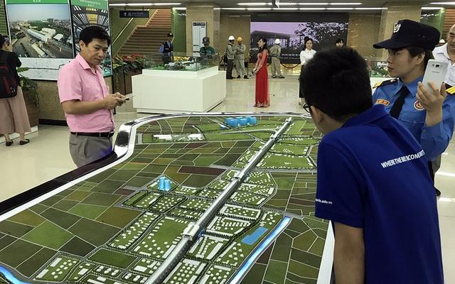 Người dân xem vào xem toàn tuyến đường sắt trên cao Cát Linh - Hà Đông.