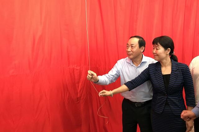 Thứ trưởng Bộ Giao thông vận tải Nguyễn Hồng Trường cùng đại diện phía Trung Quốc chuẩn bị mở đoàn tàu đường sắt trên cao nằm trên ga La Khê để đón người dân vào tham quan.