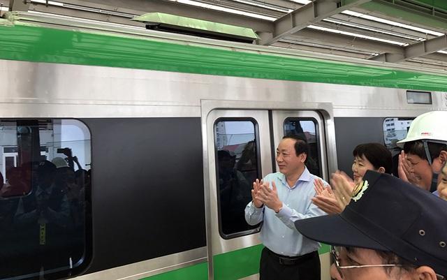 Hơn 9h, đoàn tàu chính thức ra mắt người dân Thủ đô