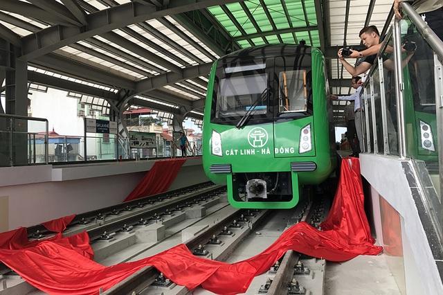 Để tiếp cận được đoàn tàu trên ga La Khê, hành khách phải đi bộ lên tầng 2 của nhà ga cao hơn mặt đất khoảng 10m
