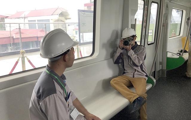 Công nhân thi công tuyến đường sắt hào hứng chụp ảnh làm kỷ niệm trong lần đầu lên tàu