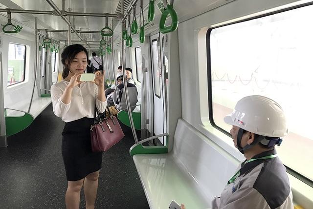 Dù là công nhân thi công tuyến đường sắt Cát Linh - Hà Đông nhưng hôm nay, lần đầu tiên họ mới được vào bên trong khoang tàu