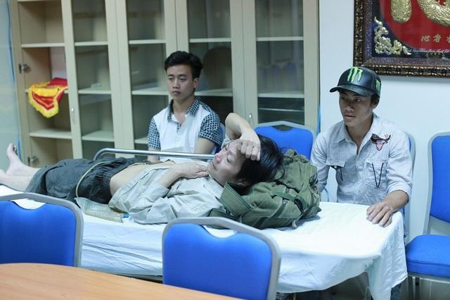 Con trai thứ là em Hầu A Vàng và 1 người cháu ruột được sự giúp đỡ, hỗ trợ từ phía xã và tình nguyện viên ở khu vực Cao Bằng đã đưa được bố xuống bệnh viện Việt Đức.