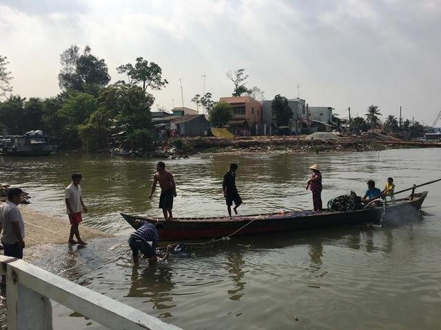 Đến khoảng 15h15 cùng ngày (10/3), thi thể anh Thanh đã được tìm thấy bên trong phương tiện bị chìm.
