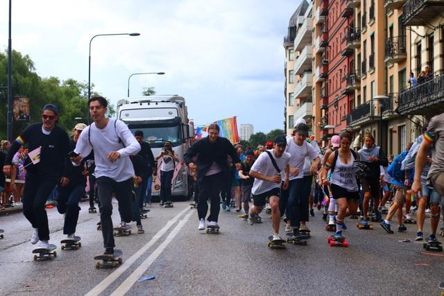 Mọi người cũng thể tham gia diễu hành bằng ván trượt.