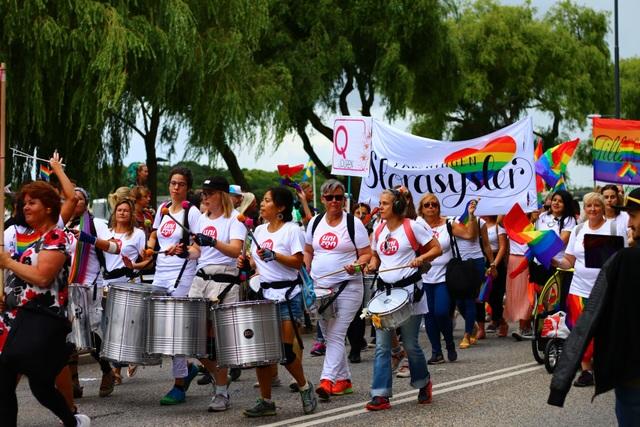 Đám đông vừa đi vừa chơi nhạc và mang cờ cầu vồng lục sắc rực rỡ tham gia đoàn diễu hành Stockholm Pride thường niên tại thủ đô của Thụy Điển.