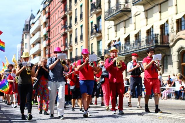 Đoàn diễu hành chơi nhạc trên đường phố trong sự cổ vũ của đông đảo người xem. Âm nhạc là thứ không thể thiếu trong lễ hội Stockholm Pride.