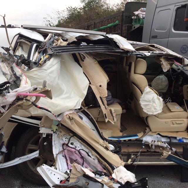 Vụ tai nạn khiến chiếc xe Lexus bị hư hỏng nặng