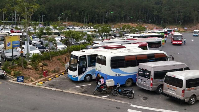 Chiều muộn hôm nay (mùng 7 tết) các bãi xe lới sức chứa lớn tại Yên Tử vẫn kín xe đỗ