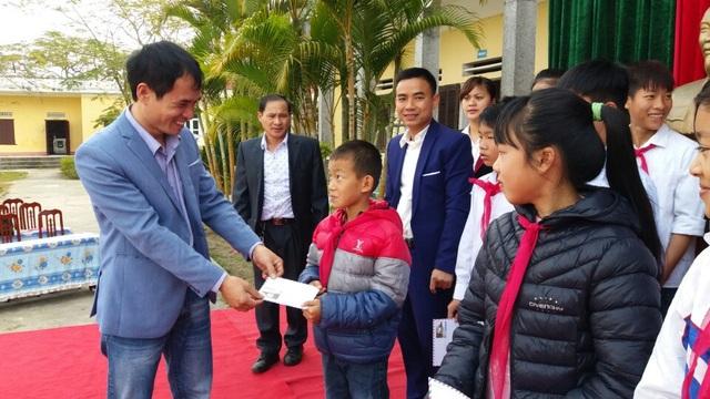Ông Lê Văn Hòa – Trưởng đại diện công ty Grobest Việt Nam tại Quảng Ninh 1 trao học bổng đến các em học sinh Trường THCS Bình Ngọc