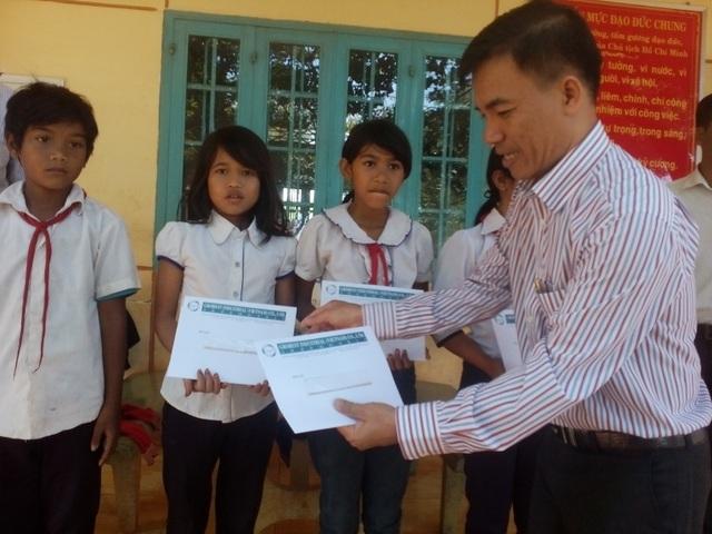 Ông Lê Trần Bá Thông trao học bổng cho học sinh