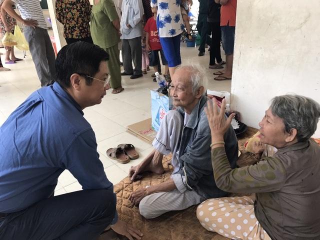 Ông Trương Quang Hoài Nam - Phó Chủ tịch UBND TP Cần Thơ - thăm hỏi, động viên những người dân bị ảnh hưởng bởi vụ cháy