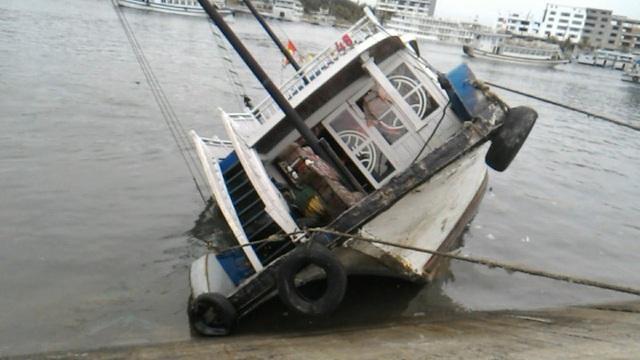 Con tàu đang neo đậu bị nghiêng và chìm dần xuống nước