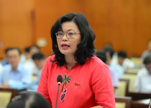 Đại biểu Hoàng Thị Diễm Tuyết đặt vấn đề liên kết với các đơn vị nghiên cứu để phát triển năng suất lao động ngành nông nghiệp