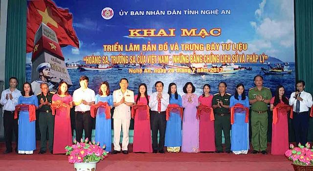 """Các đại biểu cắt băng khai mạc triển lãm """"Hoàng Sa, Trường Sa của Việt Nam - Những bằng chứng lịch sử và pháp lý."""