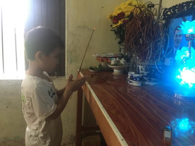 Thằng bé ngây thơ thắp hương cho bố nhưng mỗi ngày vẫn hỏi khi nào bố về