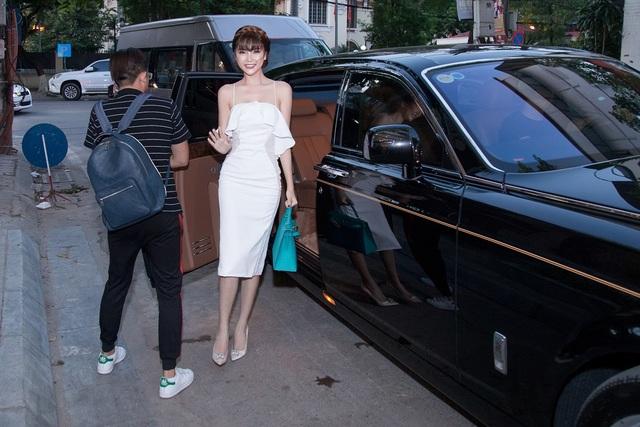 Xuất hiện khá sớm, Nữ hoàng sắc đẹp toàn cầu Ngọc Duyên khiến mọi người bất ngờ khi đi đến sự kiện bằng siêu xe hơn 70 tỷ. Ngọc Duyên chọn chiếc túi xách hàng hiệu có giá lên tới hơn 200 triệu đồng. Ảnh: Chí Linh.