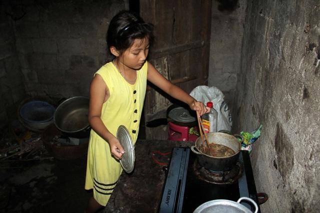 Vừa dứt vệ sinh vết thương lở loét của mẹ, Trà My lại lao vào chuẩn bị bữa cơm tối cho mẹ. Bữa cơm tối dành cho mẹ tối nay có khá hơn, khi sau cơn bão một người dân trong xóm đánh được cá đồng, cho Trà My và mẹ em mấy con.