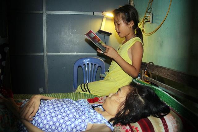 Cô bé luôn dành thời gian để đọc sách cho mẹ nghe. Trà My hi vọng, những tấm gương không đầu hàng số phận sẽ cho mẹ em thêm nghị lực.