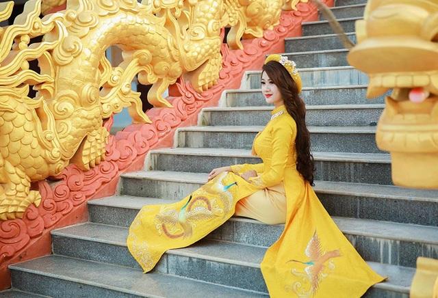Thêm những hình ảnh Hà Thị Thảo mặc áo dài.