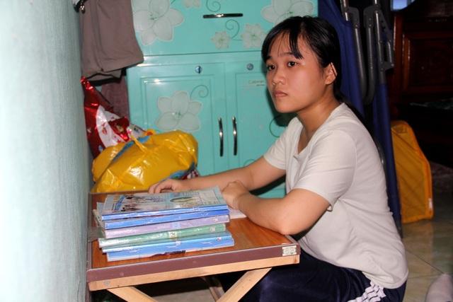 Em Phương Thanh với góc học tập đơn giản ở nhà.