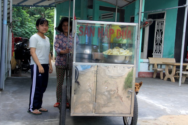 Hàng ngày, em Thanh phụ giúp mẹ nấu sắn đi bán để nuôi sống gia đình.