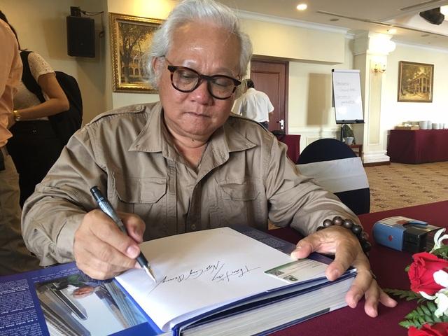 Tác giả Giản Thanh Sơn ký tặng sách cho độc giả