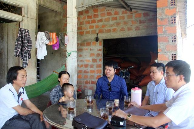 PV Dân trí và 2 luật sư bảo vệ quyền và ích hợp pháp cho gia đình nạn nhân làm việc với vợ chồng anh Hùng, chị Hường chiều 8/8.