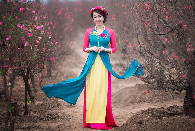 Trang Nhung cho biết, trang phục của cô do một người bạn tặng. Trang phục do cô và người bạn ấy cùng lên ý tưởng thực hiện, lấy cảm hứng từ áo dài và áo tứ thân - hai trang phục truyền thống của người phụ nữ Việt Nam.
