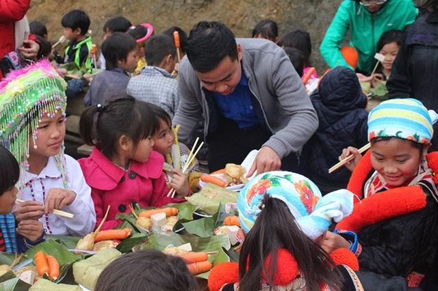 Các em bé thích thú thưởng thức món xúc xích.