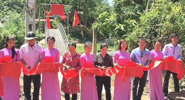 Các đại biểu cắt băng khánh thành cầu Dân trí tại xã Hữu Khuông