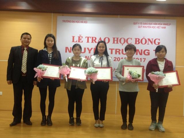 10 sinh viên có hoàn cảnh khó khăn của Trường đại học Hà Nội nhận học bổng Nguyễn Trường Tộ năm học 2016-2017