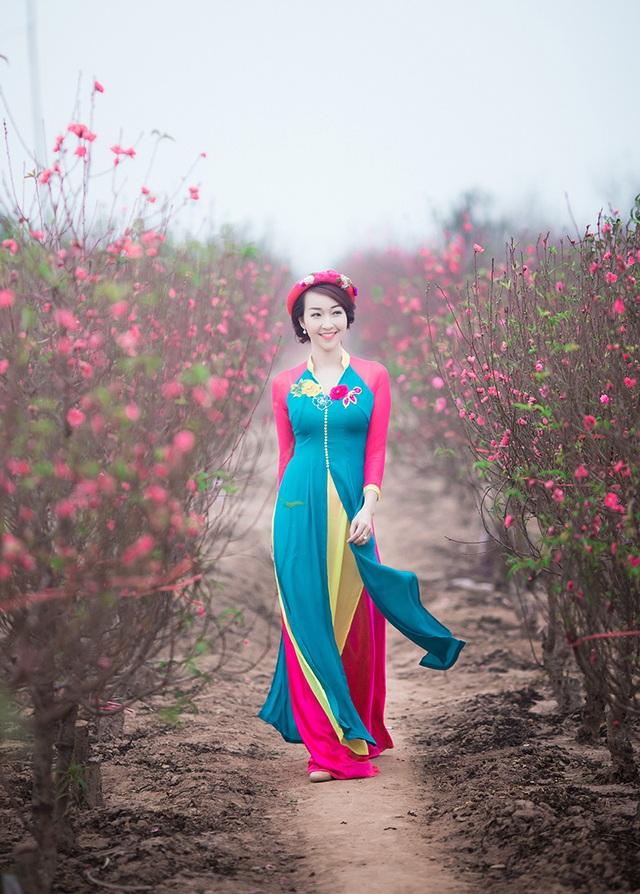 Những hình ảnh của Trang Nhung trên vườn đào Nhật Tân.