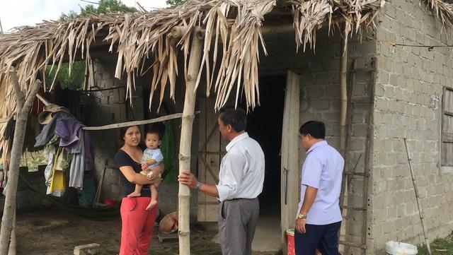 Căn nhà anh Hương được lợp thêm mấy tấm lá phía trước để che nắng rất thô sơ.