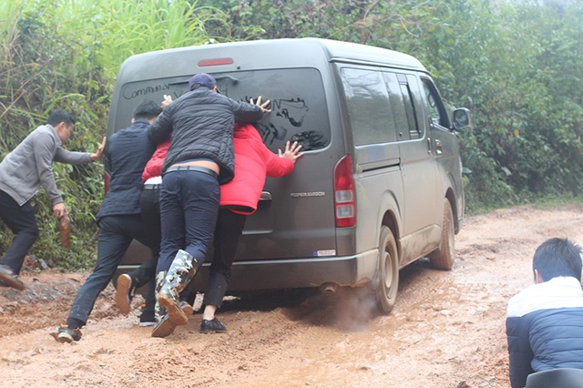 Đoàn xe trải qua chặng đường khó khăn và thử thách