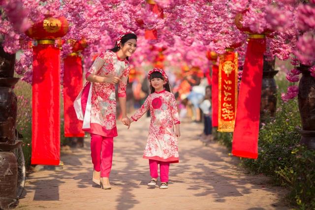 Hoa hậu Ngọc Hân xúng xính áo dài du xuân cùng dàn mẫu nhí - 12