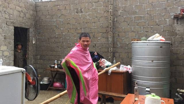 Anh Hương đã bật khóc khi thấy căn nhà mình bị lốc cuốn mái trong chốc lát.