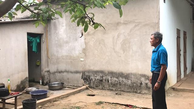 Ông Lang Văn Hùng bên công trình phụ trợ của gia đình. Dù công trình đã xây dựng xong từ lâu, nay vẫn chưa nhận được tiền hỗ trợ.